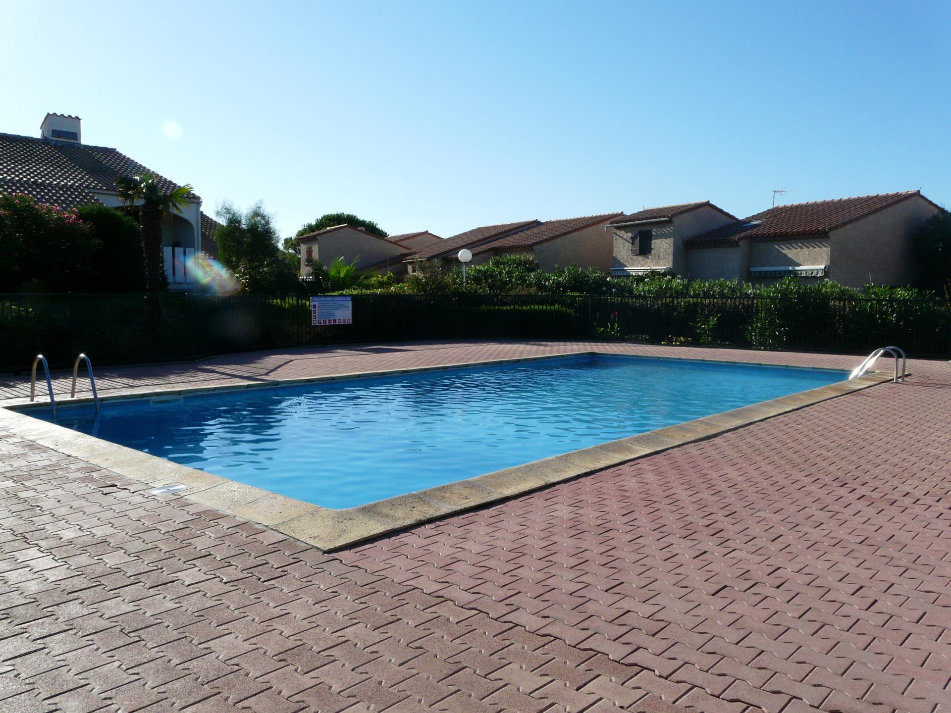 La piscine privée à la résidence