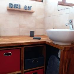 la salle de bain lumineuse et fonctionnelle