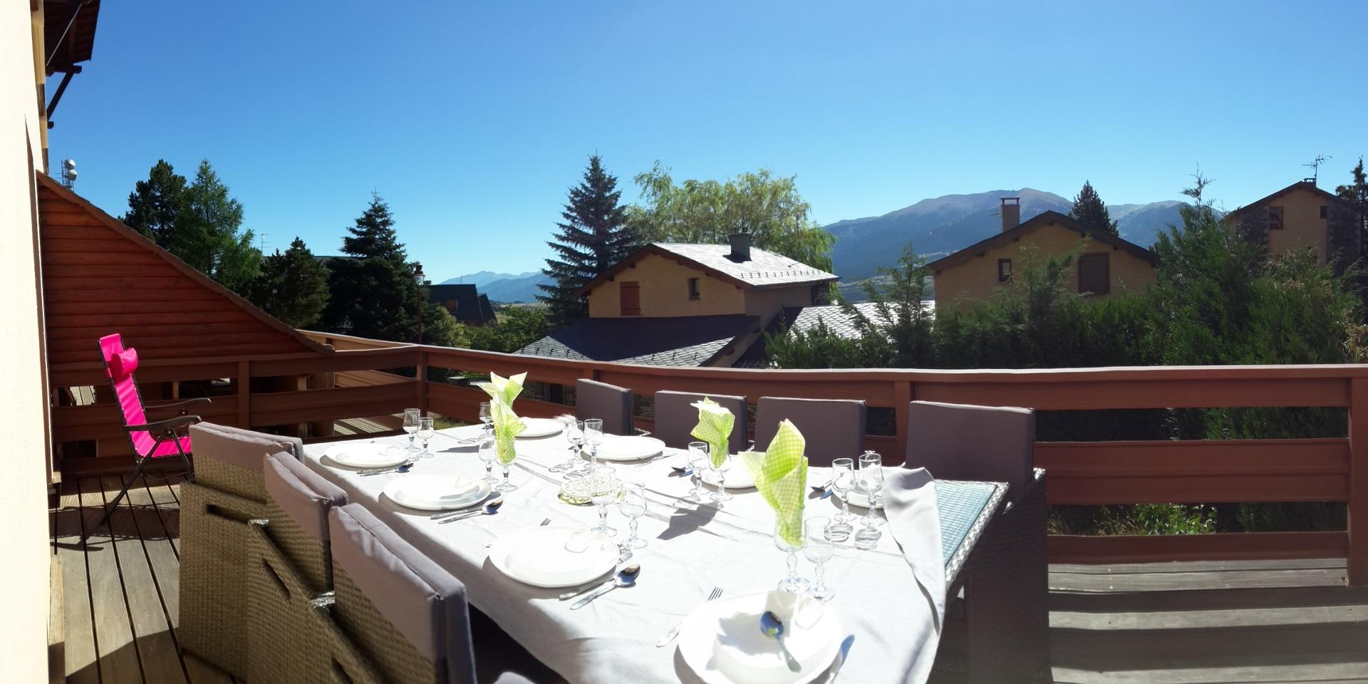 Vue panoramique de la terrasse : Les montagnes