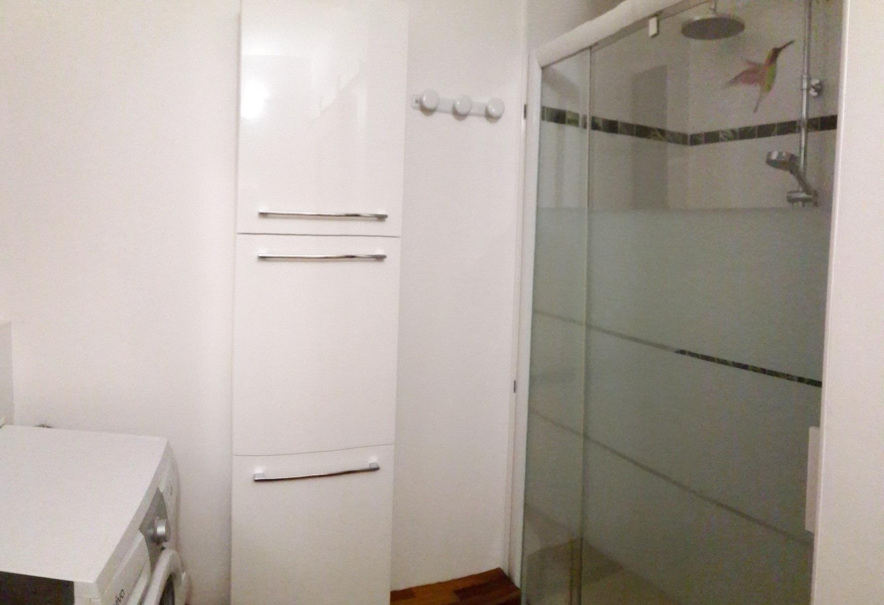 Nombreux rangements dans la salle de bain