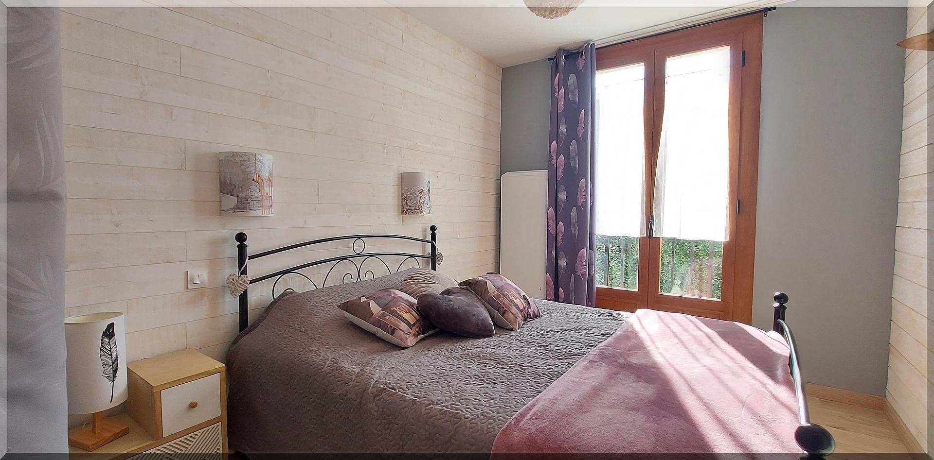 Chambre avec joli panorama sur la chaîne de montagne